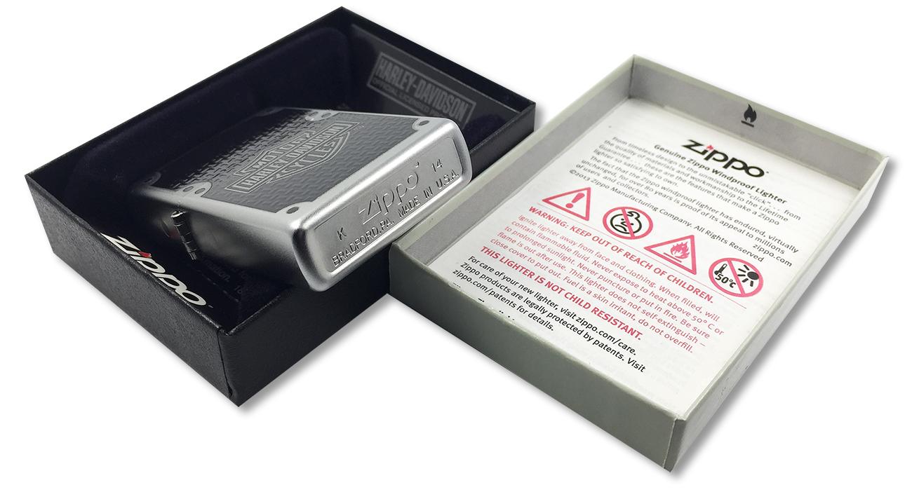 24025 Зажигалка Zippo Harley-Davidson Carbon Fiber, Satin Chrome - заводской штамп на дне зажигалки