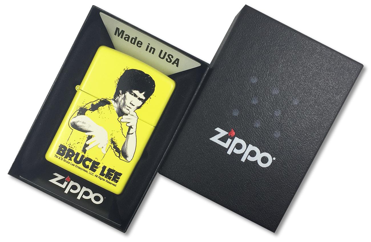 24839 Зажигалка Zippo Bruce Lee Yellow Suit Splatter - в подарочной упаковке