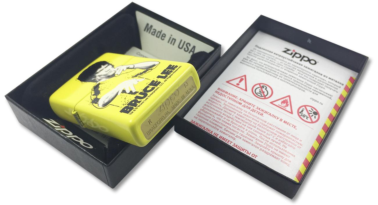 24839 Зажигалка Zippo Bruce Lee Yellow Suit Splatter - заводской штамп на дне зажигалки