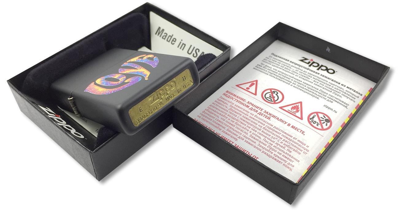 28045 Зажигалка Zippo Tie Die Love, Black Matte - заводской штамп на дне зажигалки