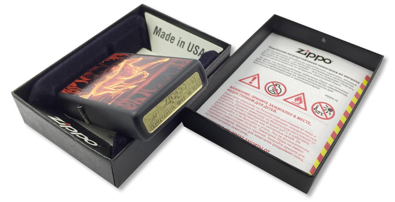 28304 Зажигалка Zippo Flaming Horse, Black Matte - заводской штамп на дне зажигалки