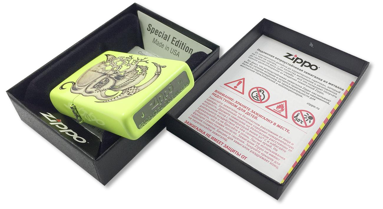 28887 Зажигалка Zippo Surreal Skull, Neon Yellow - заводской штамп на дне зажигалки