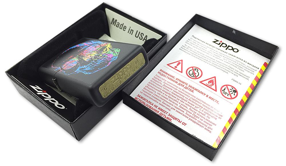28042 Зажигалка Zippo Colorful Skull, Black Matte - заводской штамп на дне зажигалки