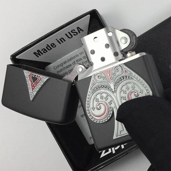 29491 Зажигалка Zippo Spade Emblem, Black Matte - открытая зажигалка