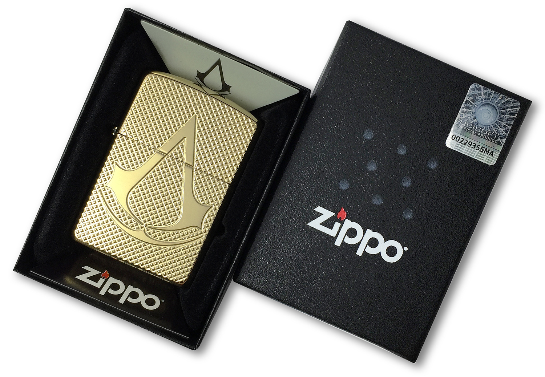 29519 Зажигалка Zippo Deep Carved Assassin's Creed, Polish Brass в открытой коробке